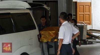 寿板业者到太平间协助把死者遗体抬上灵柩车。