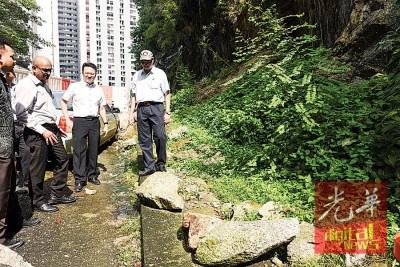 杨顺兴巡视山石滚落的地点。