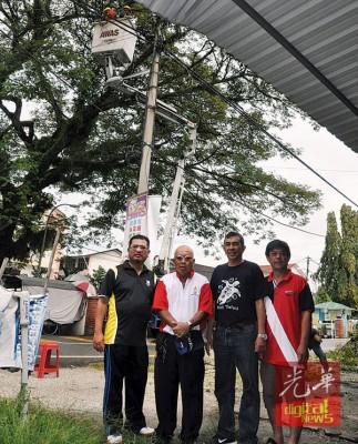 纪力逢与居民及市政局合作为百迦沙花园大扫除,余者为阿扎哈里、慕斯达法及黄则耀。