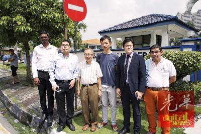 沈志勤(左2)与谢嘉平(左5)陪同杜乾煥(左3)及李忠伦(左4)到警局录取口供。