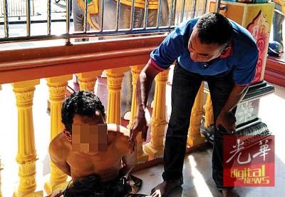 男子破坏庙宇后被捉拿。