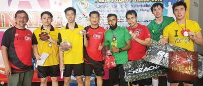 拉昔夫(左起)颁发冠亚季军给芬迪兰/韦迪、阿里夫/贾奴(季军)和马润龙/王伟焜,王友财(左4)陪同。