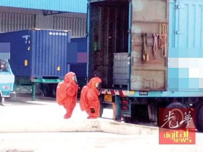 消拯员全副武装检查泄漏氢氟酸的罗里。