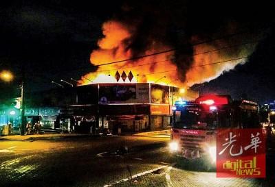 火势猛烈,现场浓烟冲天,场面骇人。