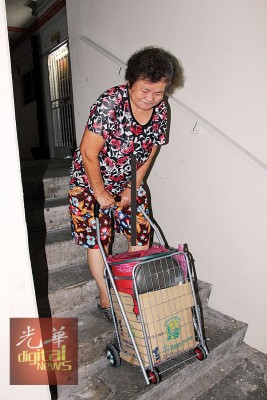 电梯烧毁,使年老居民上下楼面对困难。