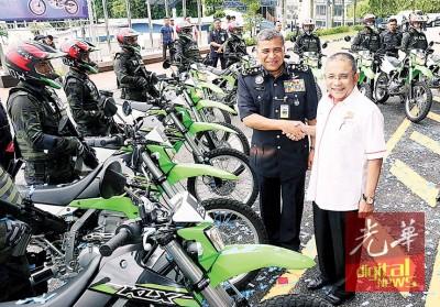 卡立见证全球创投有限公司移交10部川崎摩托车予警队。