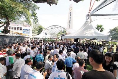 51个团体代表聚集亚依淡纪念碑前向烈士致敬。