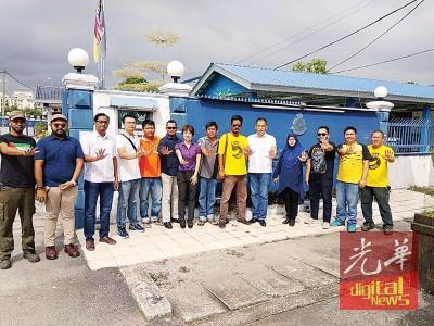 莫哈末祖克麦(左6起)、陈丽群等人陪同张国明到芭蕾警局报案,不忘宣传净选盟5.0集会。