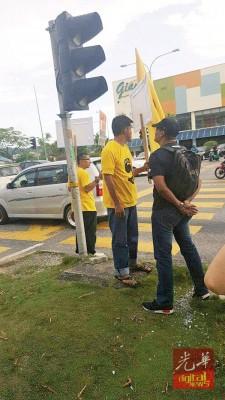 张国明等人在路旁站岗,受到两人吐口水侮辱。