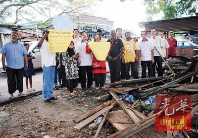 麦曼珍青屋小贩抗议摊口被拆除而求助马华。