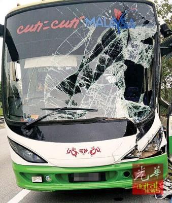 充满着29人口之增长巴撞及罗里尾部后,车头损毁,所幸车上司机和搭客无恙。