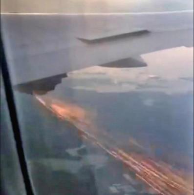 客机右翼引擎冒出火花。