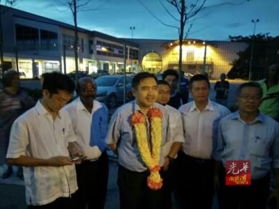 被扣捕77只小时,陆兆福周一晚终于被释放,发难得的笑脸。