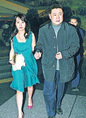 刘銮雄(右)牵着吕丽君的恩爱画面已成往事。