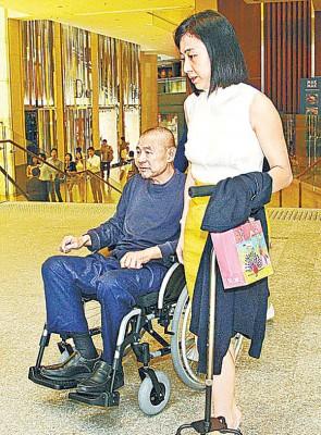 刘銮雄(左)生病期间,都是甘比在照顾。