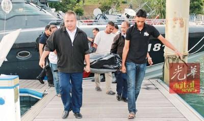 2天前出海后失踪的渔民达哈迪,尸体被海事局人员寻获后抬上岸。