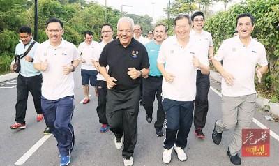 韩沙又努力丁(左2)鉴于廖俊亮(左起)、蔡家胜当人口陪伴,与义跑。