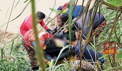 消拯员合力把男尸捞上岸。