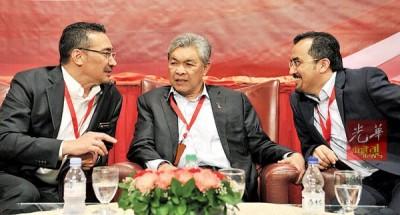 阿末扎希(被)就在提高民族议程大会2.0闭幕上,同期待山慕丁(左起)和阿斯拉夫闲聊。