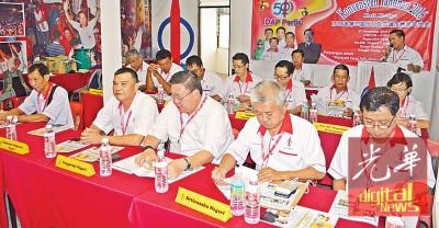 郑成泉(后站者右1)为大会致词。前排右起州财政谢章理、秘书周振利、苏健祥、伍薪荣以及州署理主席黄锡钦。