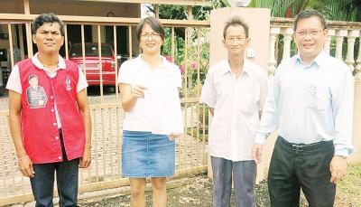 洪雪韻(左2)展示所收到的门牌税单据,右起是廖泰义与陈亚燊。