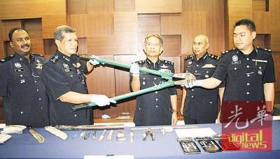 阿斯里(左2)及纳昔尔(左3)展示警方起获的证物。