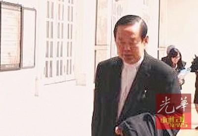诉方代表律师倪福齐于听审结果后步出高庭。