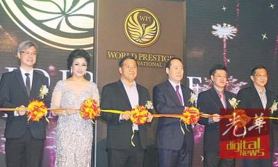 贵宾为2016年国际名小姐进行剪彩仪式。左起为陈景岗、陈艳玲、林顺平、陈炎顺、陈列祈福和许春。