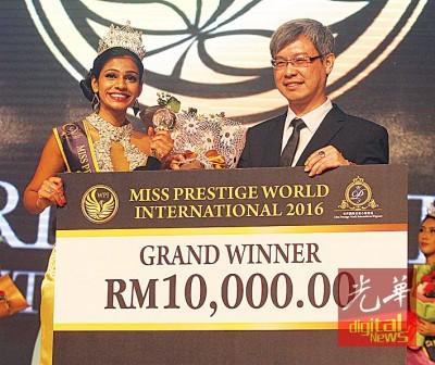 陈景岗(右)通告1万令吉奖励给2016年名誉小姐。