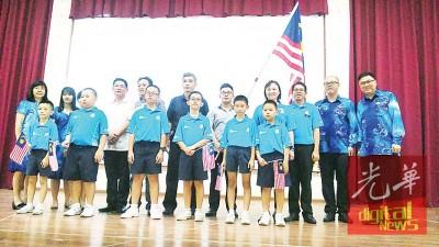 郑永霖(后排右5)、郑木深(右6)主持授旗礼,由家协同人、校长及老师陪同。