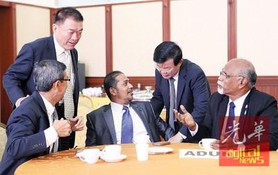 朝野议员在议会厅外交流,左起为莫哈末拉昔、林峰成、沙希淡、曹观友及再也巴兰。