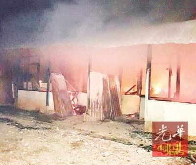 凌晨大火将4间半砖木屋烧毁。