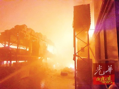 太平甘文丁一家手套厂其中一间厂房遭烈火肆虐约两个小时,估计造成上百万令吉的损失。