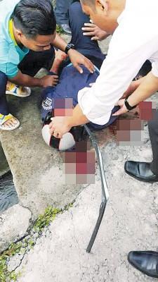 1骑士颈项遭铁支插入,情况严重。