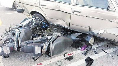 闪避不及的摩托车双双撞上肇祸车辆。