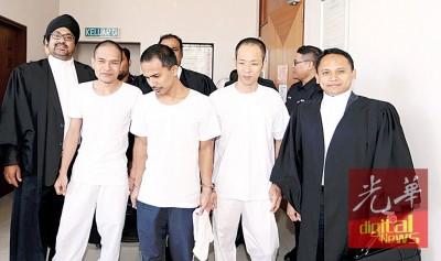3号称被告获法庭判无罪释放后,于法庭外向律师道谢。左1啊兰仄星山度。