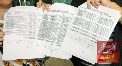 大人展示购书单,揭露校方列出的练习簿数量。