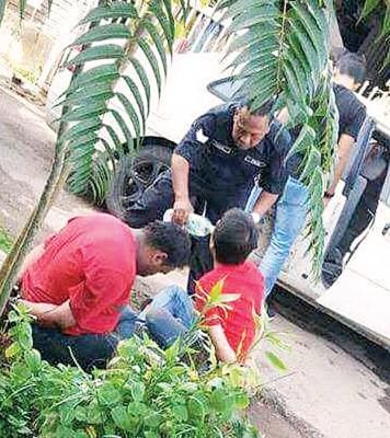警员给落网的嫌犯递上白开水。