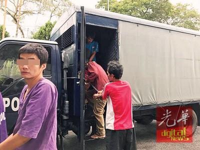 嫌犯周二由警方押往法庭,以申请延长扣留令。