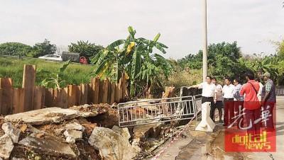 王敬文与市政局官员、水利灌溉局官员、安努尔,以及当地社委会及居民在巡视修复排水沟进度。