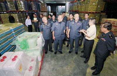 蔡长彬(右2)伴莫哈最后罗斯兰(右3)同苏海米(右1)当执法官员以厂内进行巡查行动。