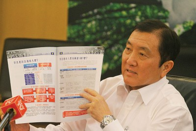 黄家泉展示扩大代表制选举细则,希望能够在代表大会上所修改的党章能够获得通过。