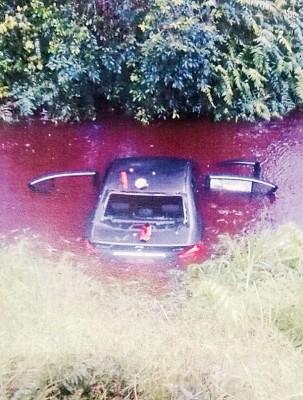 4号称旅车男子逃避警方拦截,连人带车失控坠入深达4尺的死沟,4人口最终让警署追捕。