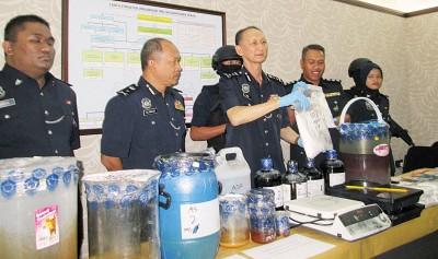 江志坚(眼前被)亮在怡保突袭行动中于获的疑虑是大麻及冰毒液体状毒品。