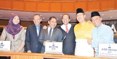 一众吉州行政议员在州议会上相见欢,左起为拿督诺莎比娜、拿督阿美奴丁、拿督达祖丁、拿督达祖乌鲁斯、拿督莫哈末拉威及拿督巴鲁希山。