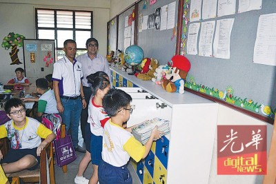 杨式丰及马坤镇巡视安装好的柜子,确保惠利北海麦曼珍华小的学子。