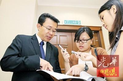王胜龙(左者)于出席媒体讲解卢界桑负起诉案件。