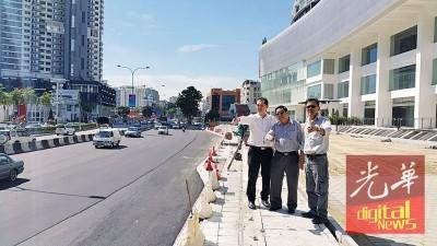 吴敬恒(左起)、黄振裕及陈国华巡视丹绒道光路道路工程进展。