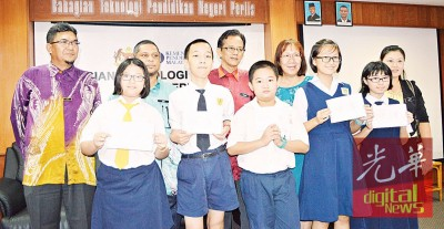 嘉米尔(后排左4)恭贺槟华小学15名全A生合照,旁为校长陈慧兼(后排右1)、考试局主任阿都拉昔(后排左1)及东北县教育局官员莫哈默。