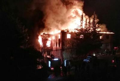宿舍大火一发不可收拾。(法新社照片)